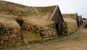 Maison islandaise avec toit en tourbe